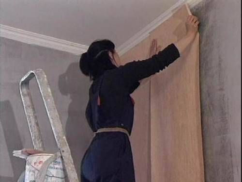 Как клеить бумажные обои на бетонную стену