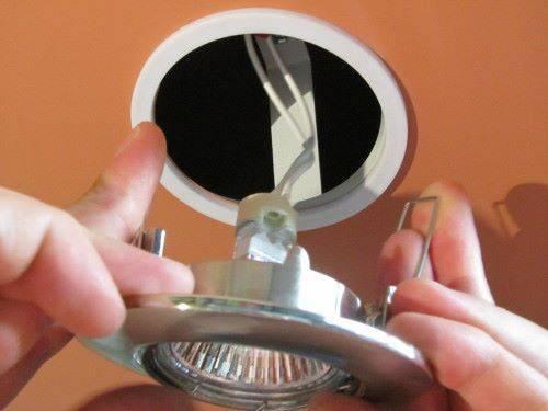 установка встроенного светильника