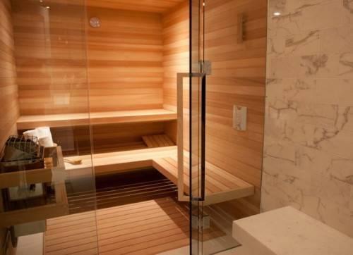 Как установить стеклянную дверь в баню