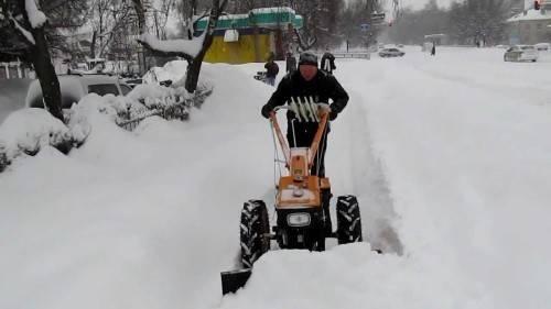 Как убрать снег мотоблоком