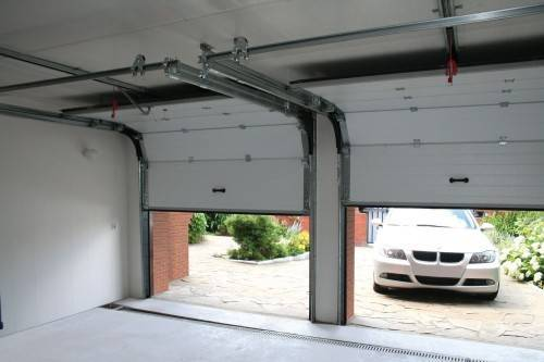 Монтаж гаражных секционных ворот  алютекс