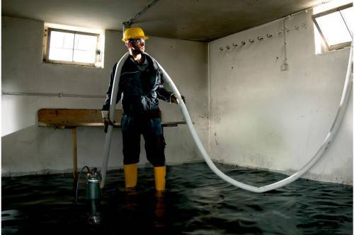 Чем можно откачать воду из подвала