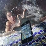 Уронил смартфон в воду: что делать
