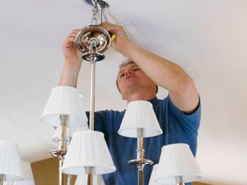 Как повесить потолочную люстру на крюк